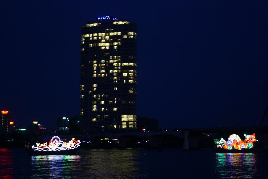 Фестиваль феерверков в Дананге-  короабли на реке Хань