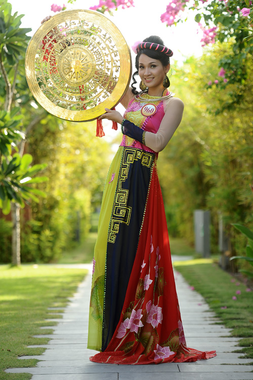 miss-vietnam-contestants-in-ao-dai-fashion-show-516287-anh-2012