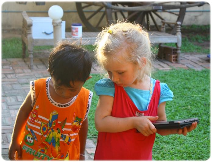 Яся и Райот, друзья в Камбодже | shake-reality.com